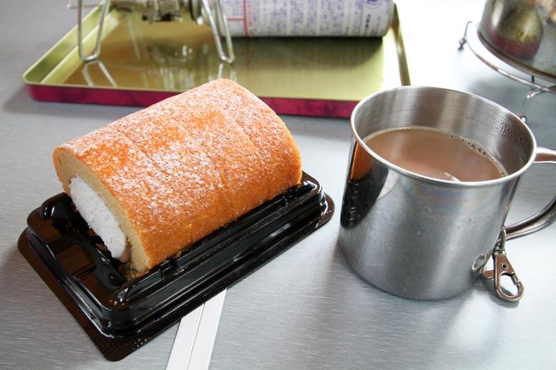 キャンプ飯 - コーヒーとロールケーキ
