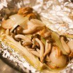 【キャンプ飯】バーベキューコンロで簡単♪秋鮭とキノコのバター蒸し焼き