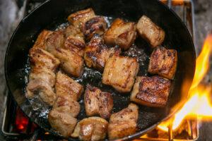 【キャンプ飯】スキレットで作って!食欲がそそる!豚バラとブロッコリー炒めとさわやかレモン風味